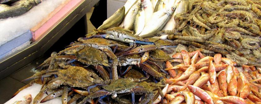 Свежая рыбы и морепродукты в Кушадасах на рынке